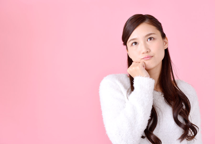 顎に手を当てて考える日本人女性のポートレート