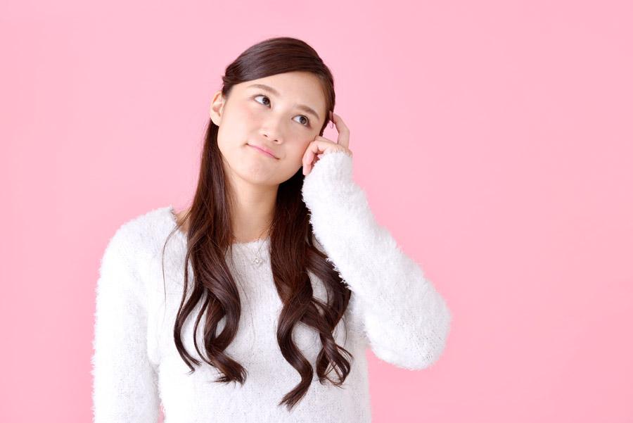 首をかしげる日本人女性のポートレート