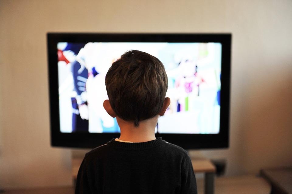 子供 テレビ 子 ホーム 人 少年 家族 若いです 見 ライフスタイル 技術