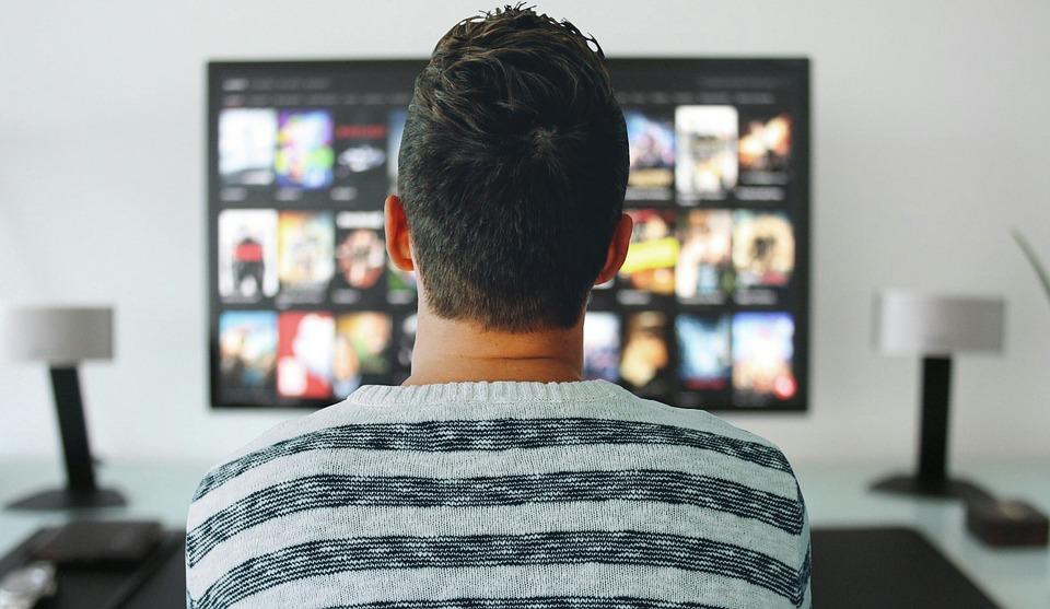 テレビ 男 見 ルーム オフィス 近代的な 技術 画面 見制御 ホーム デスク テーブル