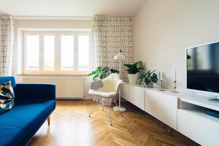 テレビとソファーなどが置かれたリビングルーム