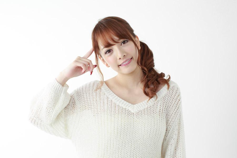 首を傾げる日本人女性