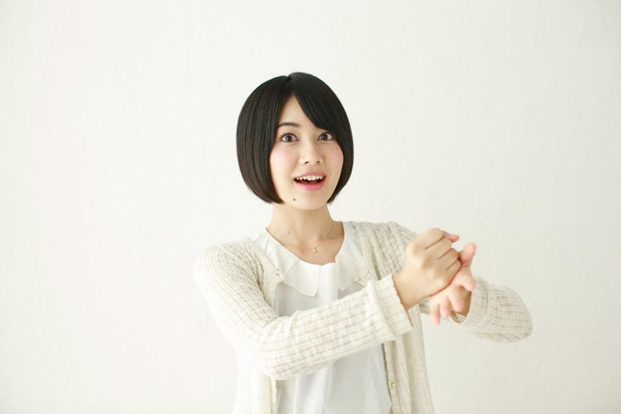 手をポンと叩いて納得する日本人女性