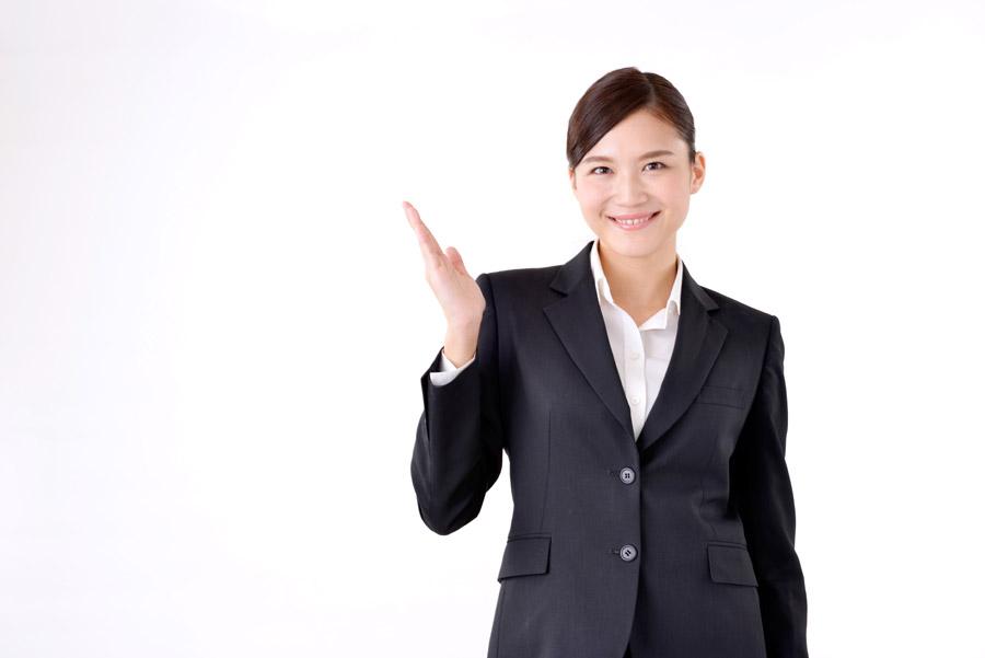 笑顔で案内する女性社員